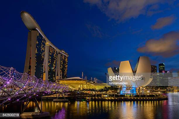 city skyline at night, singapore - マリーナ湾 ストックフォトと画像