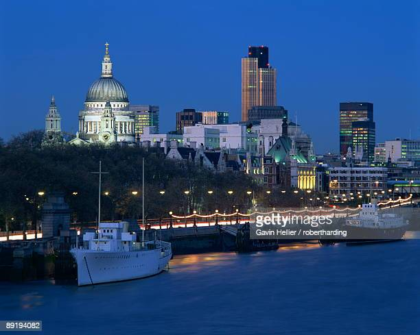 city skyline, including st.paul's cathedral and the natwest tower, from across the thames at dusk, london, england, united kingdom, europe - gavin hellier stock pictures, royalty-free photos & images