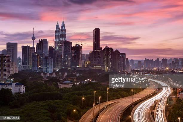 Horizonte de la ciudad de Kuala Lumpur al atardecer
