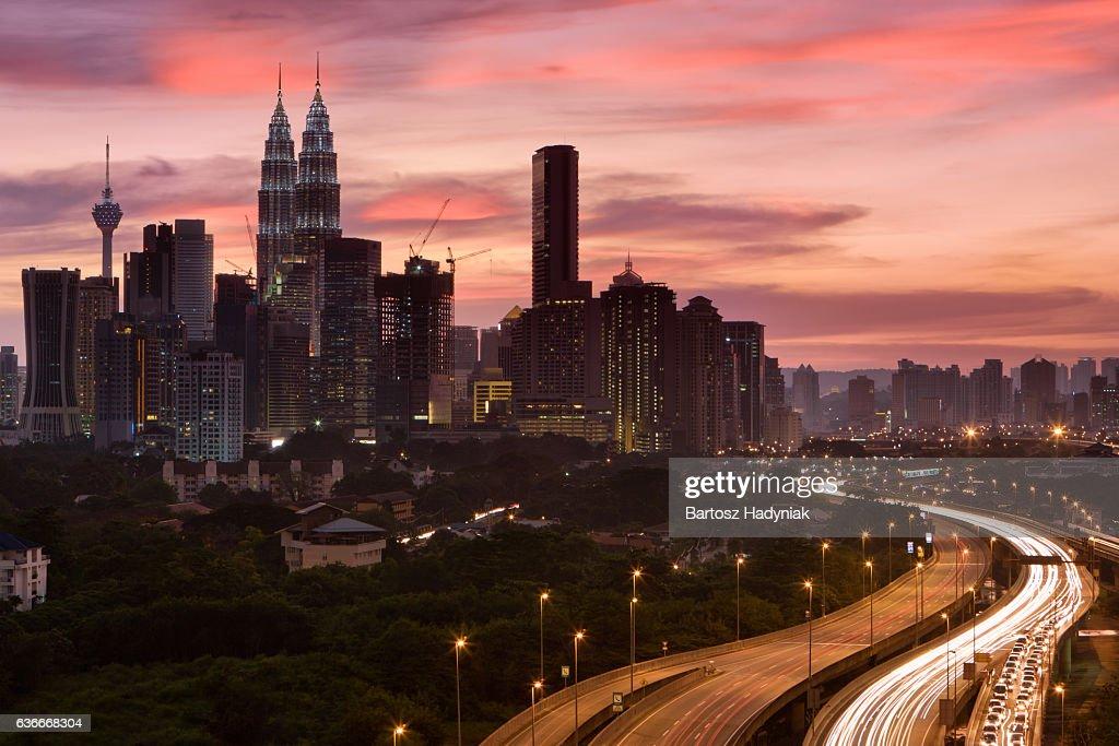 Cidade de Kuala Lumpur, ao anoitecer : Foto de stock