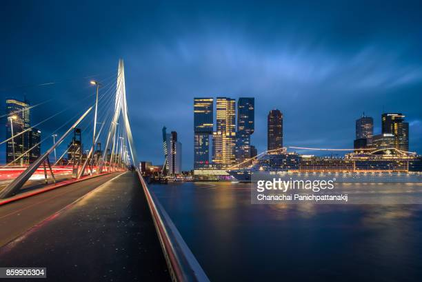 city skyline of rotterdam along nieuwe maas river in netherlands - hollande méridionale photos et images de collection