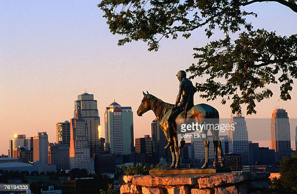 city skyline seen from penn valley park, with indian statue in foreground, kansas city, missouri, united states of america, north america - ミズーリ州 カンザスシティ ストックフォトと画像