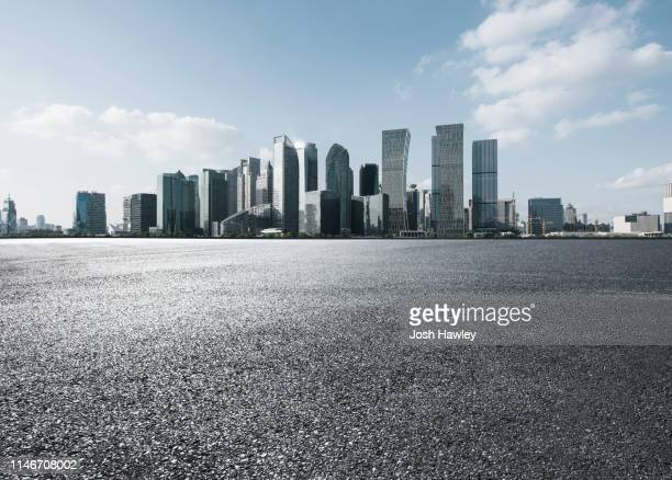 city square and parking lot - horizont über land stock-fotos und bilder