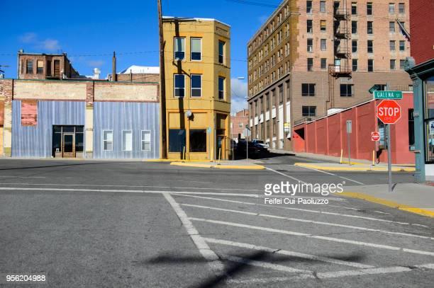 city street and building at butte, montana, usa - gehweg stock-fotos und bilder