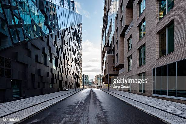 city street at dawn - empty road stock pictures, royalty-free photos & images