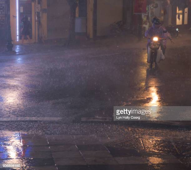 city street in the rain at night - lyn holly coorg stock pictures, royalty-free photos & images