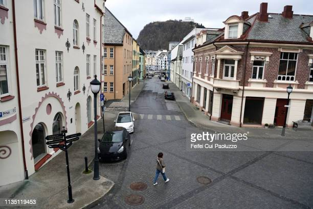 city street of ålesund, in møre og romsdal, norway - bairro antigo imagens e fotografias de stock