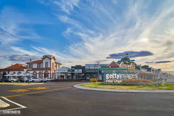 city street scene of the township of cambridge on the north island, waikato, new zealand - hamilton new zealand stock pictures, royalty-free photos & images
