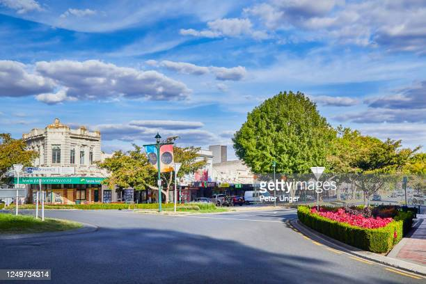 city street scene of the township of cambridge on the north island, waikato, new zealand - hamilton nieuw zeeland stockfoto's en -beelden