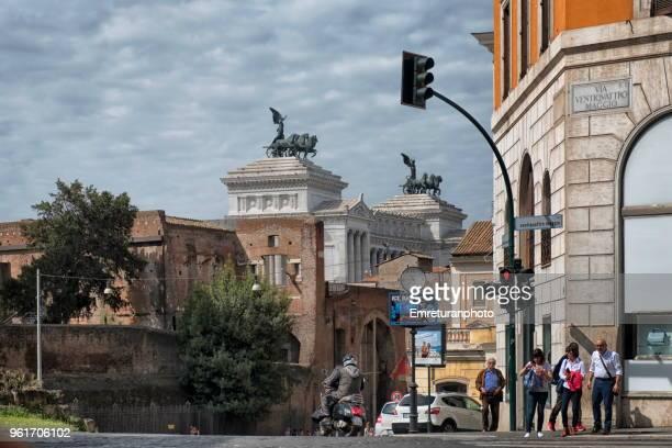 city street with traffic and pedestrians and vittorio emanuele monument in rome. - emreturanphoto stock-fotos und bilder