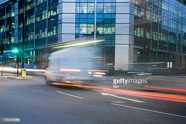 city traffic at night, london, england - city stock pictures, royalty-free photos & images
