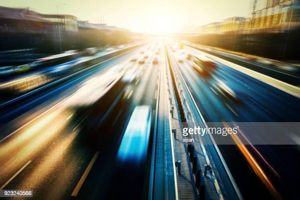 stadsverkeer bij zonsondergang - schemering stockfoto's en -beelden