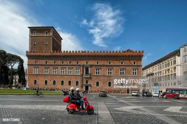 city traffic with palazzo venezia at the background , rome. - emreturanphoto stock pictures, royalty-free photos & images