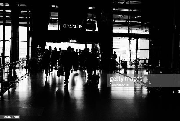 街でお越しのお客様にモダンな空港を出て、ラッシュ