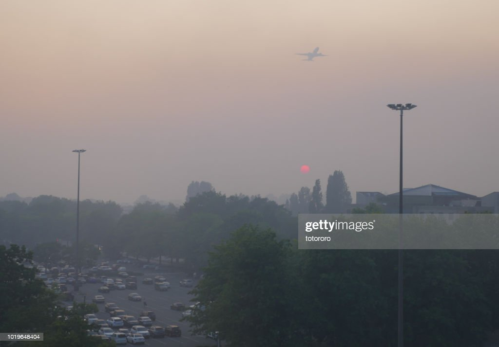 City under smoky sky at Sunset due to BC forest wildfire, in Richmond BC Canada. : Stockfoto