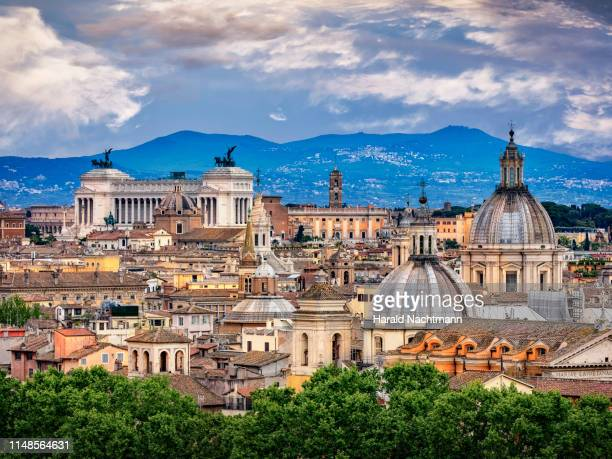 city view and colosseum, national monument to victor emmanuel ii and capitoline hill, rome, lazio, italy - rom italien stock-fotos und bilder