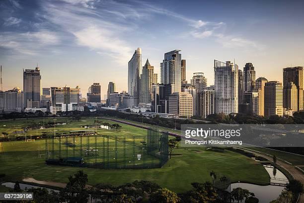 city view morning twilight of ratchadamri road views over the royal bangkok sports club - ラチャダムリ通り ストックフォトと画像