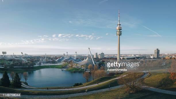 vue de ville et rivière, munich - munich photos et images de collection