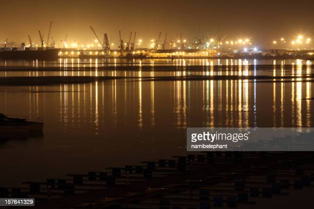 街の眺めをもつ港の夜のルアンダ,アンゴラ