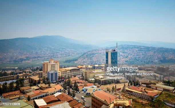 city view of kigali and surrounding hills in rwanda - ruanda fotografías e imágenes de stock