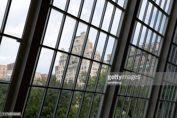 vue de ville par la fenêtre du musée métropolitain d'art - met art gallery photos et images de collection