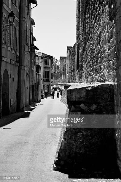 city wall around avignon old town - merten snijders 個照片及圖片檔