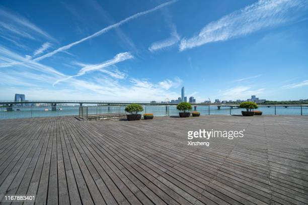 city wharf - ウッドデッキ ストックフォトと画像