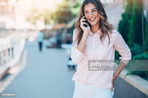 City-Frau am Telefon sprechen