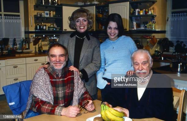 CityExpress, Fernsehserie, Deutschland 1999, Darsteller: Ulrich Faulhaber, Heidi Mahler, Sanja Spengler, Ferdinand Dux in der Küche.