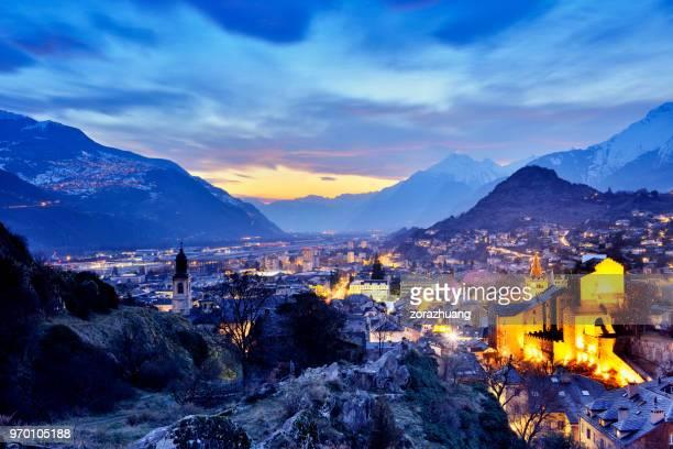 Stadtbild und Schweizer Alpen an dramatischer Himmel, Sion, Schweiz