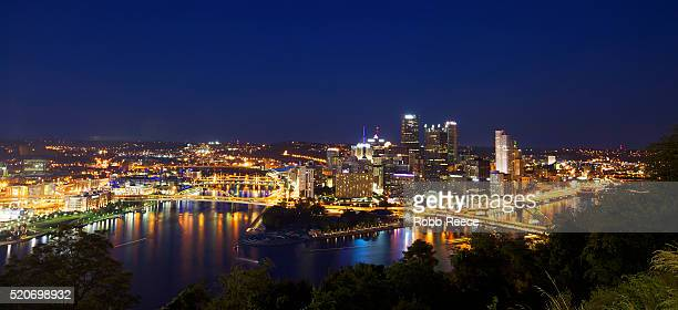 cityscape at night, pittsburgh, pennsylvania, usa - robb reece stock-fotos und bilder