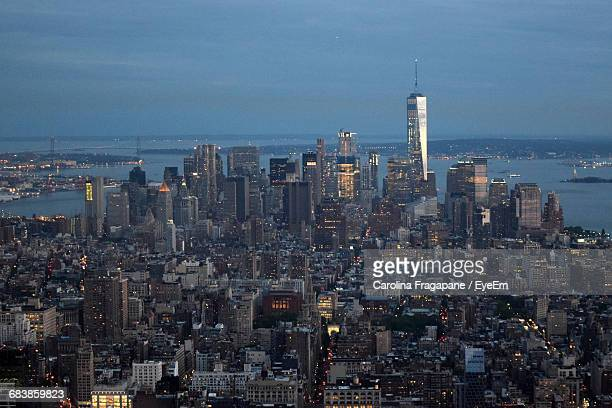cityscape by east river against sky at dusk - carolina fragapane stock pictures, royalty-free photos & images