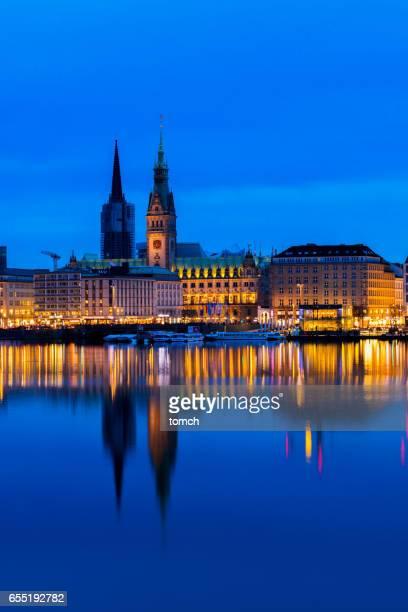 Stadtansicht Hamburg mit Reflexion in der Alster, Deutschland.
