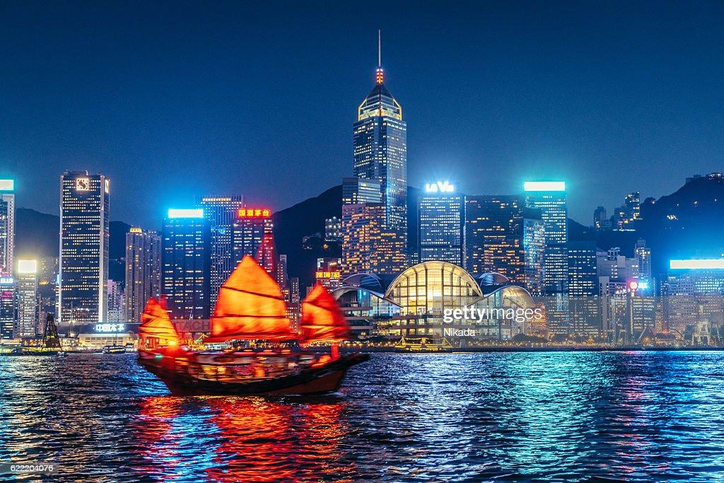 Cityscape Hong Kong and Junkboat at Twilight : Foto stock