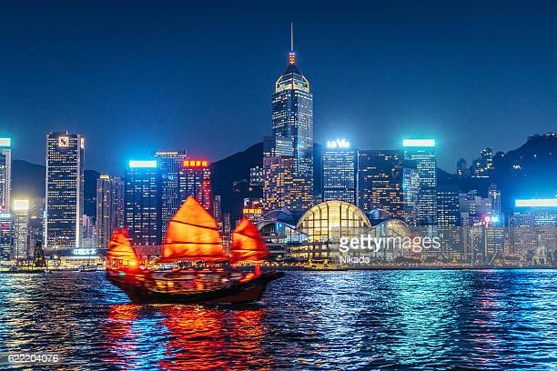 cityscape hong kong and junkboat at twilight - east asia stock pictures, royalty-free photos & images