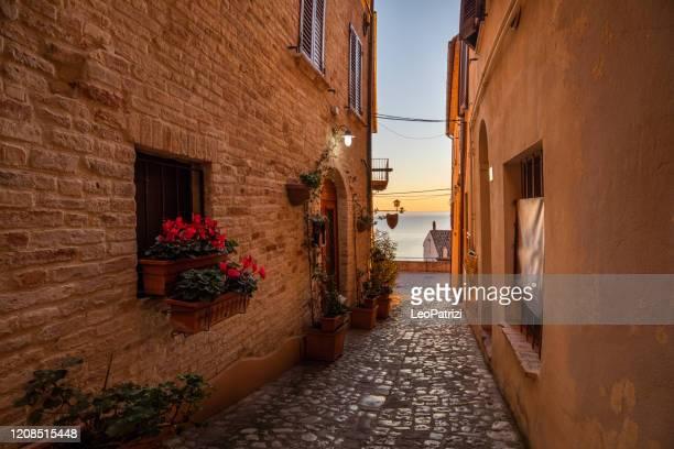 paesaggio urbano di una piccola città sul mare nel centro italia - marche italia foto e immagini stock