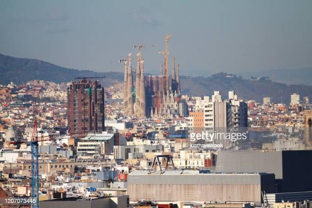 stadtbild von barcelona rund um die sagrada de familia in der luftansicht - familia stock-fotos und bilder