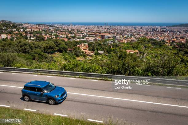paisaje urbano de barcelona desde collserola, españa - barcelona españa fotografías e imágenes de stock