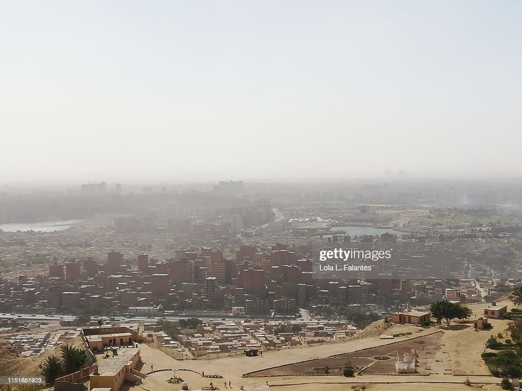 Cityscape of Cairo, with the City of the dead in the foreground, taken from Mokattam hills : Foto de stock