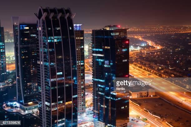 Stadtbild von Dubai, Türme und Straßen Nacht