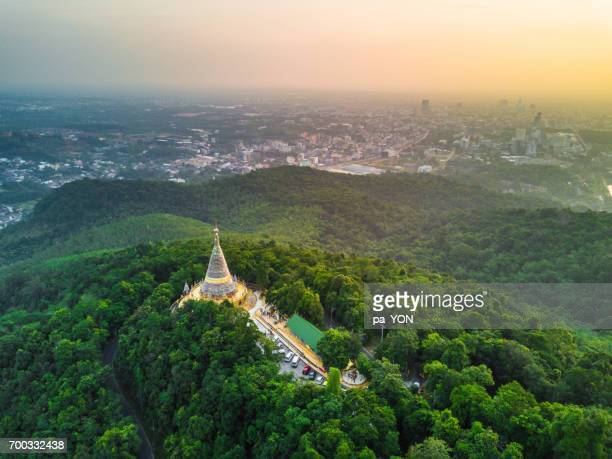 cityscape of hatyai city and lighting pagoda on top of mountain - hat yai foto e immagini stock