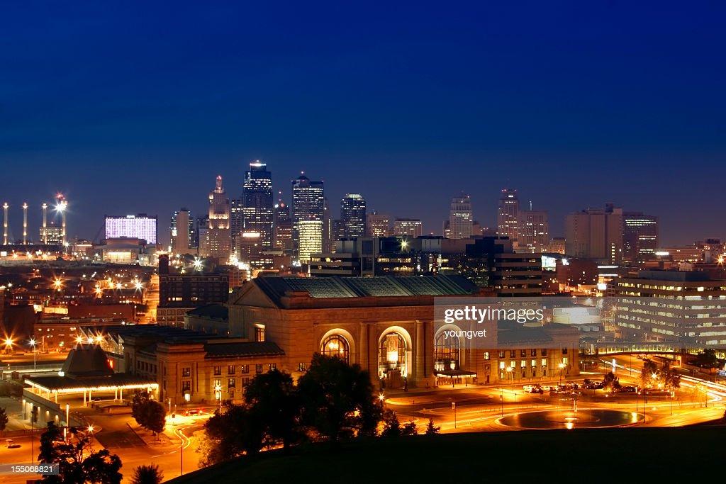 Cityscape of Kansas City illuminated at night : Stock Photo