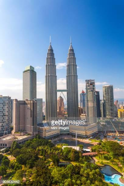 cityscape of kuala lumpur with the petronas towers in the distance, malaysia. - torres petronas - fotografias e filmes do acervo