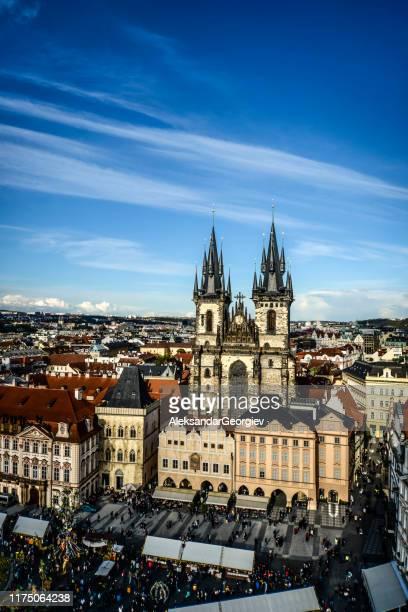 プラハの旧市街広場とティン大聖堂の街並み - プラハ 旧市街広場 ストックフォトと画像