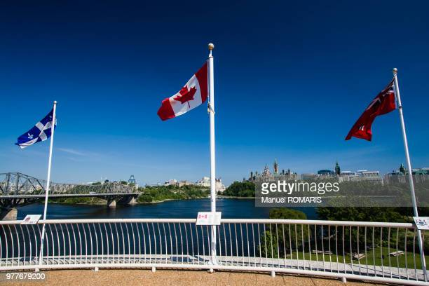 cityscape of otawa and flags over the ottawa river, ottawa, canada - ガティノー ストックフォトと画像
