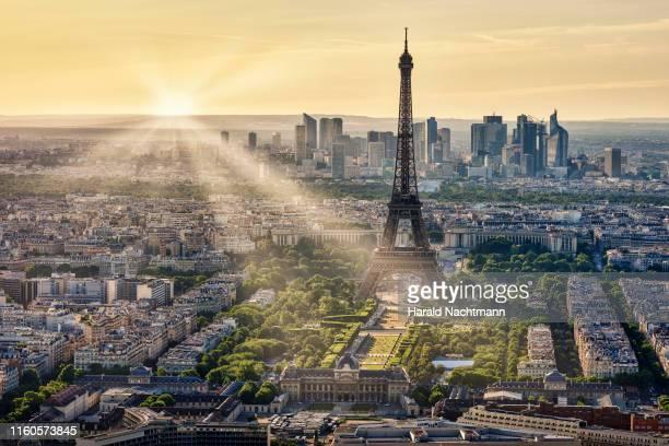 cityscape of paris with the eiffel tower and the business district of la defense at sunset, paris, france - île de france photos et images de collection
