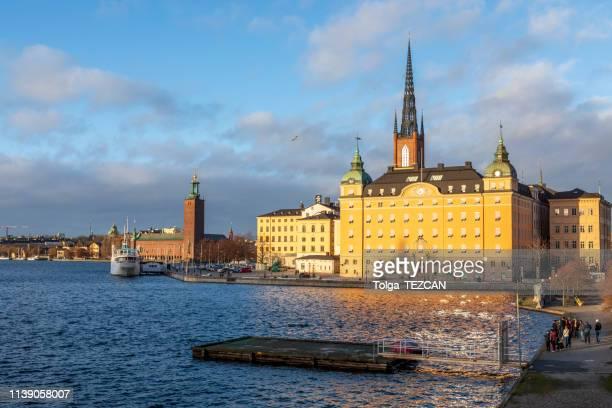 paisaje urbano de estocolmo, suecia - iglesia de riddarholmen fotografías e imágenes de stock