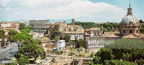 Stadtansicht das Kolosseum und das Forum Romanum in Rom, Italien