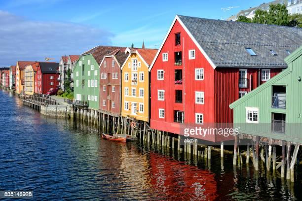paisaje urbano de trondheim, noruega - trondheim fotografías e imágenes de stock