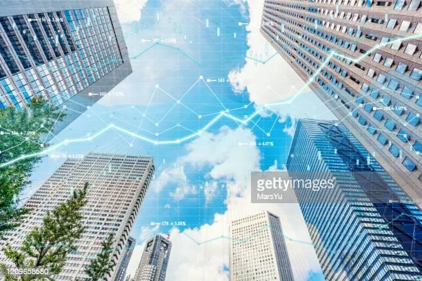 投資テーマの背景と株式市場チャートを持つ都内景観東京 - 銀行 ストックフォトと画像